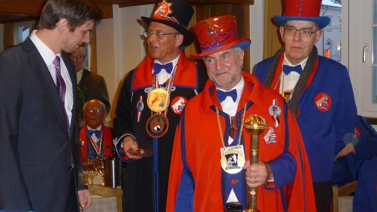 Graf Björn Bernadotte von Mainau feierte mit Zeremonienmeister Pascal Gregor, Ehrenkammerer «Urspeter de Gnüsser» und Aktuar Hans Hufschmid (von links) den «Lällifrass». Stefan Hürst