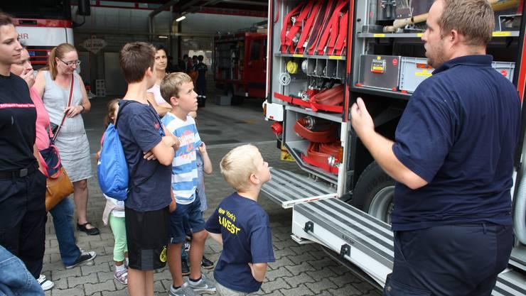 Die Jungen sind beeindruckt vom vielen Feuerwehr-Material.