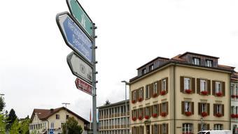 Der Wegweiser beim Kreisel nahe der Gemeindeverwaltung von Zuchwil zeigtden Weg zu Autobahn, Sportzentrum und Industrie. Hanspeter Bärtschi