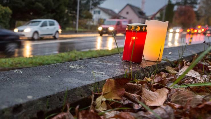Kerzen erinnern am Unfallort an der Hendschikerstrasse in Lenzburg an die 19-jährige Elida Osmani, die am Montagabend dort tödlich verletzt wurde. Chris Iseli