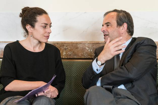 Gianna Luzio, Generalsekretärin der CVP, diskutiert mit CVP-Präsident Gerhard Pfister in der Wandelhalle.