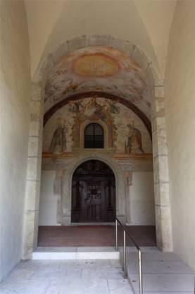 In besserem Zustand präsentieren sich die Malereien beim Portal.