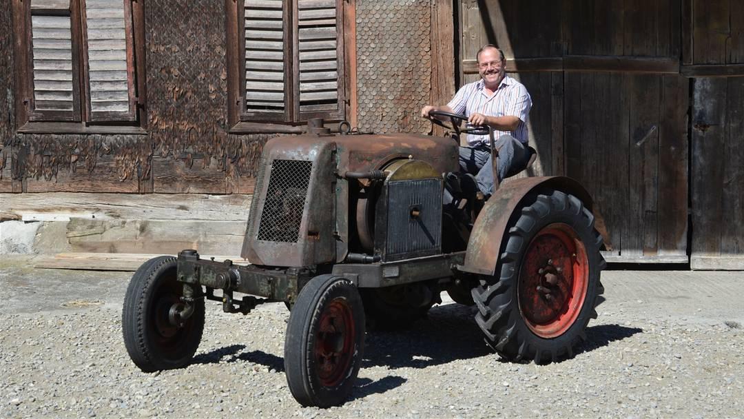 Es brummt und stampft: Ueli Küng startet den Käppeli-Traktor.