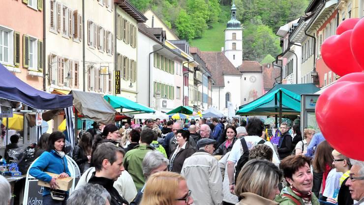 Im Stedtli in Laufen ist am 1. Mai traditionell Markttag.