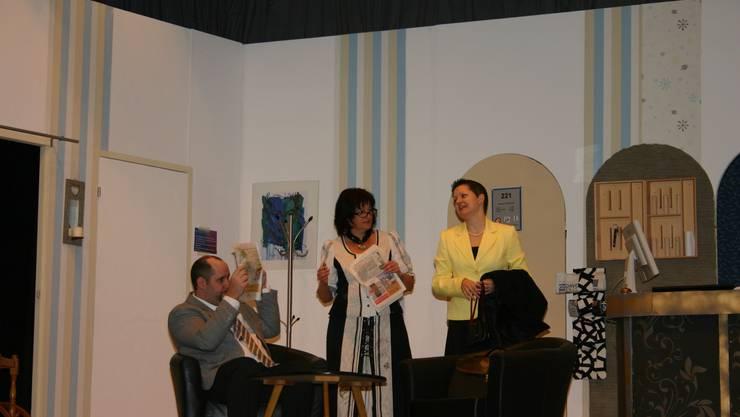 Rette wer sich kann:  Georg Fink (Patrick Wehrli), Directrice Roggenmoser (Brigitte Läuchli) und Tina Kessler (Yvonne Wächter).