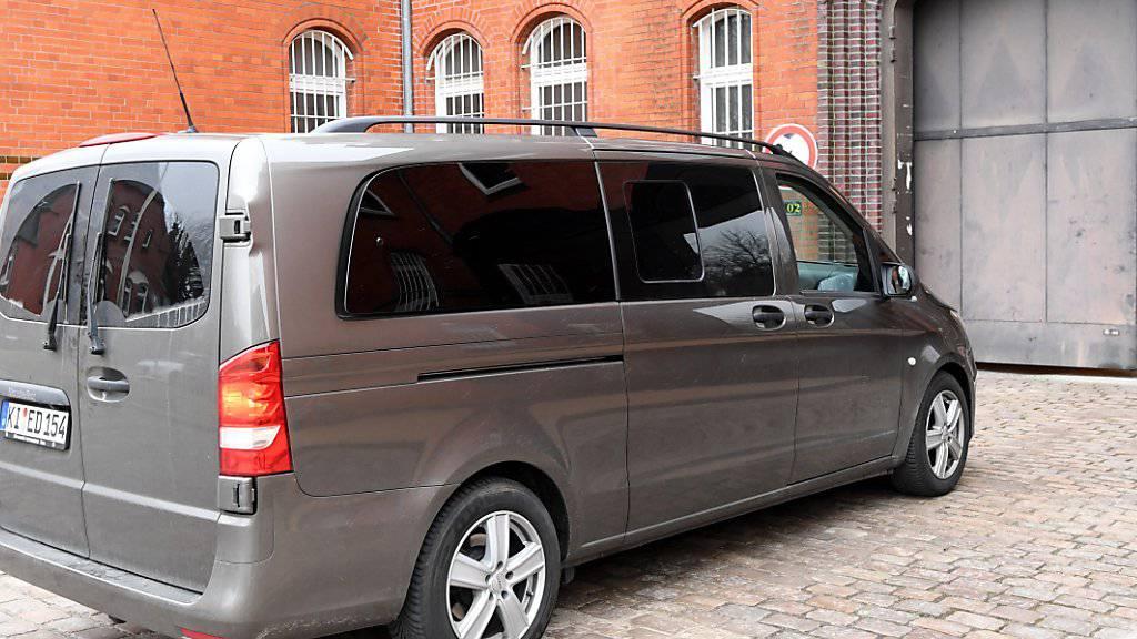 Mit diesem Kleinbus wurde Puigdemont am Sonntag ins Gefängnis von Neumünster gebracht. (Archiv)