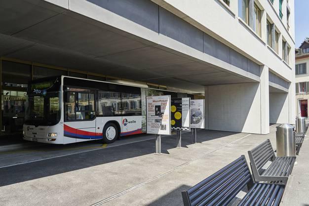 Die neue Bushaltestelle hat bislang keine Sitzbänke. Ausser man sitzt mit Blick auf den Platz und schaut über die Schulter, ob der Bus kommt.
