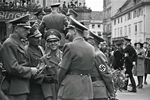 NS-Amtsträger am Marktplatz vor dem Hotel Binoth (heute Dreikönig).