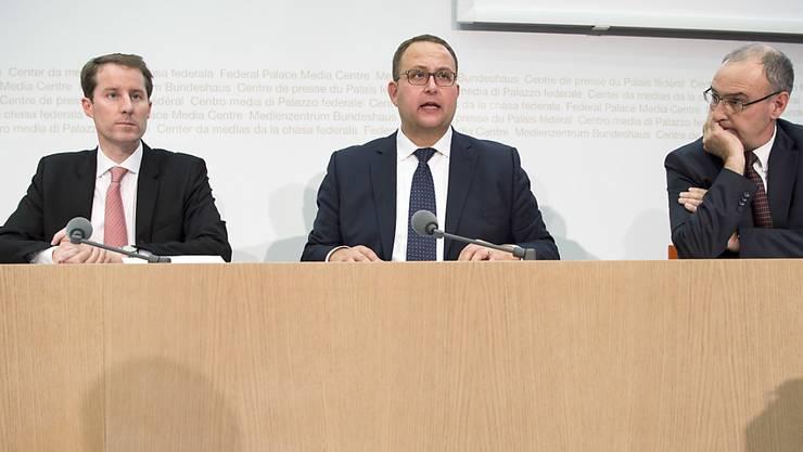 Die drei SVP-Kandidaten Thomas Aeschi, Norman Gobbi und Guy Parmelin (von links nach rechts) präsentieren sich den Medien.