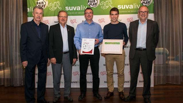 Übergabe der Fairplay-Trophy an den FC Dietwil (Rang 4) durch Nationaltrainer Ottmar Hitzfeld (links) im Stade de Suisse in Bern.