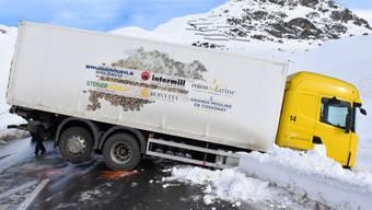 Das Sattelmotorfahrzeug blockierte nach dem Selbstunfall die Julierstrasse.