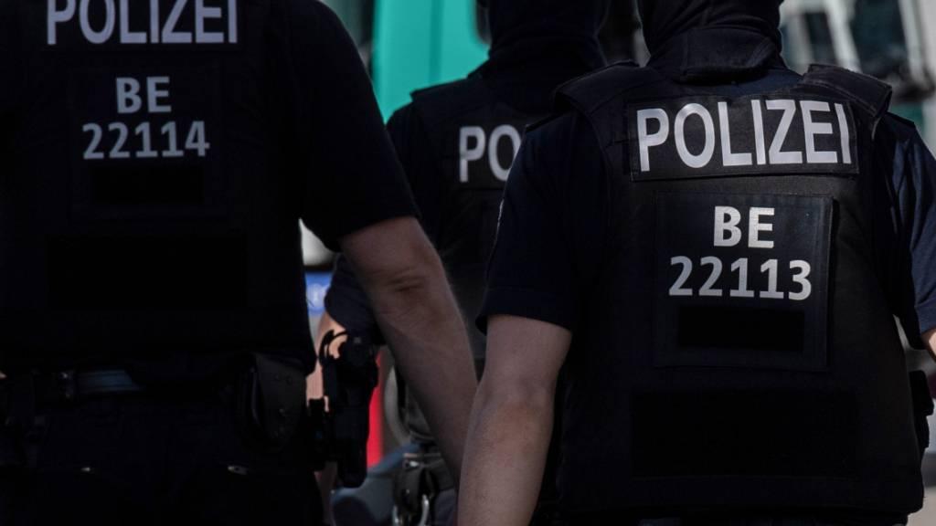 SYMBOLBILD - Die Berliner Polizei bei einem Einsatz. Foto: Paul Zinken/dpa