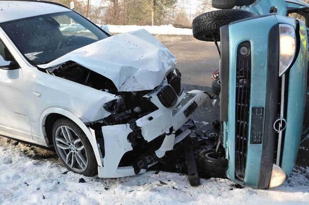 Aus noch ungeklärten Gründen verlor der Fahrer in einer Linkskurve die Kontrolle über sein Auto, gelangte auf die Gegenfahrbahn und prallte dort mit der Beifahrerseite frontal in einen entgegenkommenden BMW.
