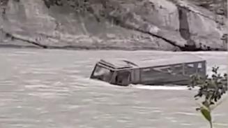 Armee-Duro rollt bei Chur in den Rhein – Fahrer kann sich in Sicherheit bringen