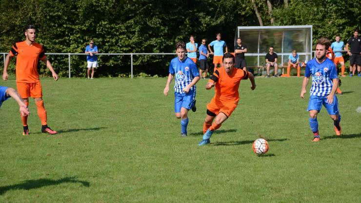 Ahmet Bozova (Mitte, oranges Trikot) hat mit seinem Penaltytor den Sieg für Oetwil-Geroldswil eingeleitet.