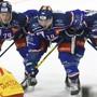 Warten auf den Puck.. Die lions Johann Morant, links, Chris Baltisberger, Mitte, und Raphael Prassl, rechts,  beim Eishockeyspiel der National League ZSC Lions gegen den EHC Biel im Hallenstadion in Zuerich am Mittwoch, 30. Dezember   2020. (KEYSTONE/Walter Bieri)