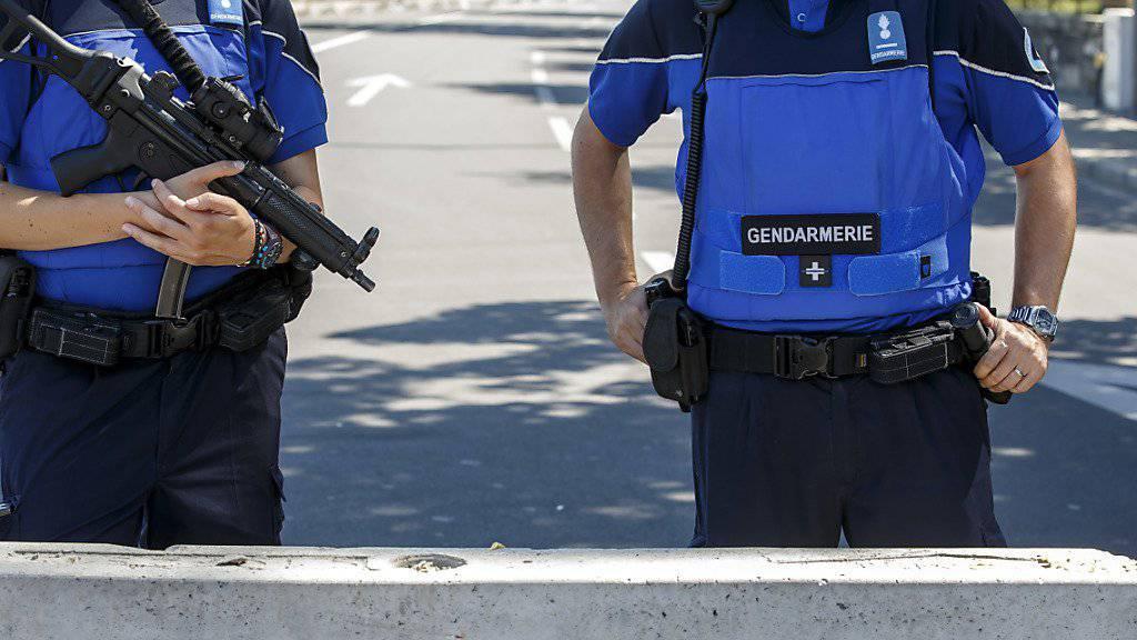 Genfer Polizisten wehren sich gegen eine neue Arbeitszeit-Verordnung: Sie sprechen künftig nur noch Französisch und tragen keine Krawatten mehr. (Symbolbild)