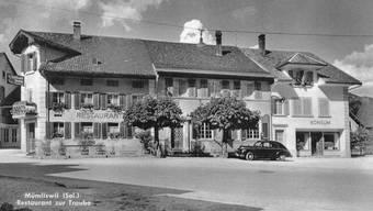 Die Häuser beim Dorfeingang – von Balsthal kommend: Das Restaurant Traube und daneben die ehemalige Filiale des «roten» Konsums, wo es später noch eine Nordmann-Filiale gab. Die Aufnahme stammt aus den 1950er-Jahren.