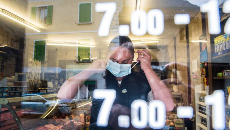 In einer Metzgerei werden gratis Schutzmasken verteilt. Die Gemeinde Mesocco verteilt gratis Schutzmasken an Läden und Bevölkerung.