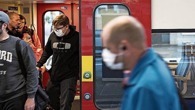 Viele haben Angst, sich in den öffentlichen Verkehrsmitteln mit dem Coronavirus anzustecken. (Symbolbild)