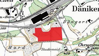 Das Areal liegt in der Gemeinde Däniken im Bereich einer bestehenden Kiesgrube mit Kieswerk. Es grenzt an ein Grundstück mit einem Wohnhaus. Die Erschliessung per Bahn erfordert bauliche Massnahmen. Aufgrund bestehender Gewerbebauten und Waldstücken wäre die Anlage von grösseren Siedlungsgebieten aus wenig einsehbar.
