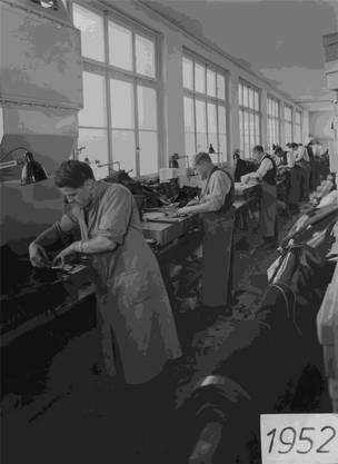 Viel Handarbeit: Die Schuhproduktion 1952.