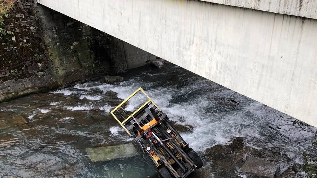 Gabelstapler bricht durch Brücke und landet in der Plessur