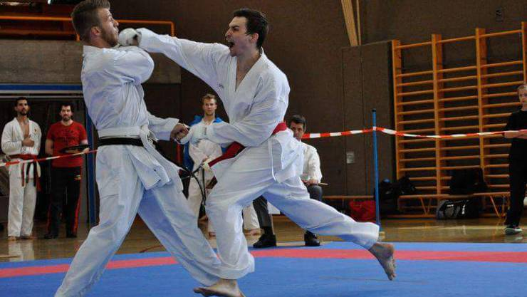 Ilija Letic (roter Gürtel) von der Shinsei Karateschule aus Lenzburg mit vollem EInsatz am Angreifen.