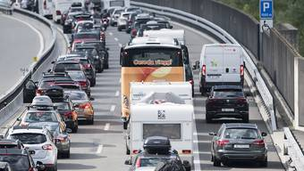 Am Samstag stauten sich die Autos Richtung Süden zeitweise auf über elf Kilometern. (Archivbild)