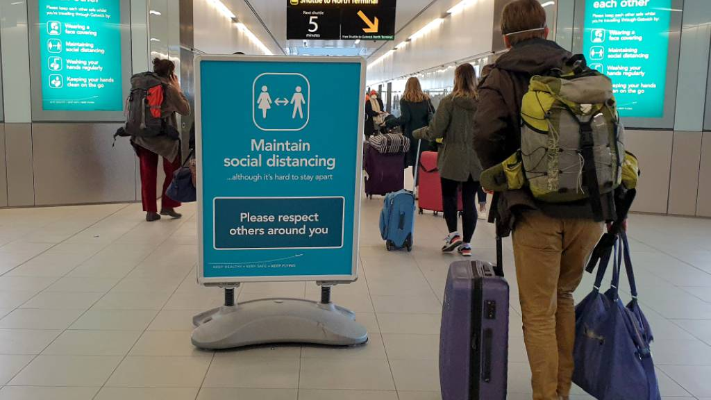 Passagiere am Flughafen Gatwick bei London. Foto: Gareth Fuller/PA Wire/dpa