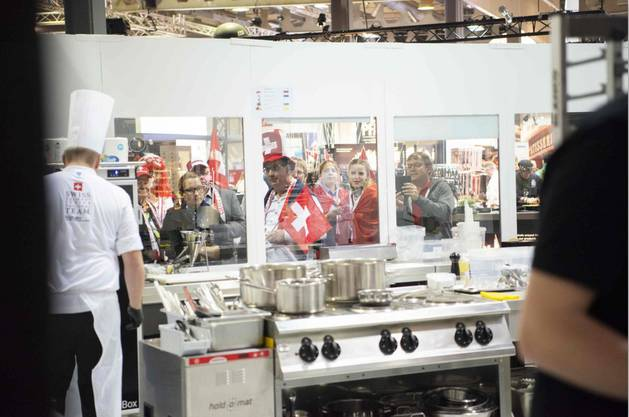 Runde 2 «Hot Kitchen»: Es gilt für 70 Personen zu kochen. Die Fans können direkt zuschauen.