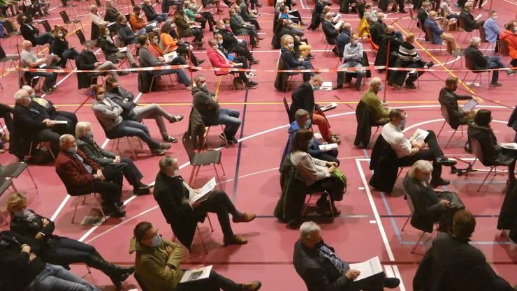 Wie ein historisches Zeitdokument von 2020: Die Gemeindeversammlung von Hausen (AG) mit 1,5 Metern Abstand und drei Sektoren zu je 100 Personen.
