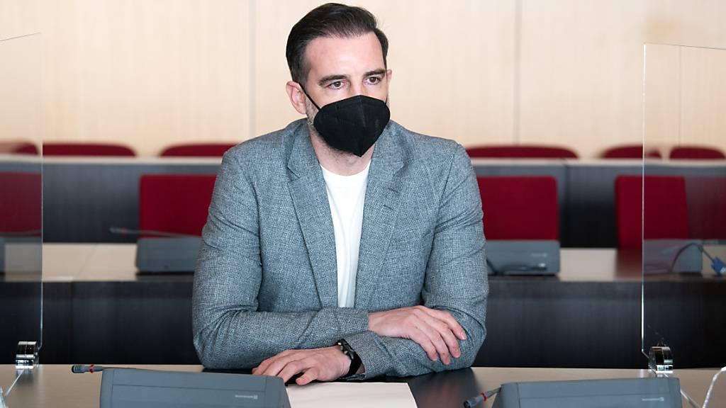 ARCHIV - Der angeklagte Christoph Metzelder, ehemaliger Fußball-Nationalspieler, sitzt in einem Saal des Amtsgerichts auf der Anklagebank. Das Urteil gegen Metzelder ist rechtskräftig. Die Staatsanwaltschaft habe ihre Berufung zurückgenommen und beide Seiten hätten Rechtsmittelverzicht erklärt, teilte das Düsseldorfer Amtsgericht am 03.05.2021 mit. Foto: Federico Gambarini/dpa