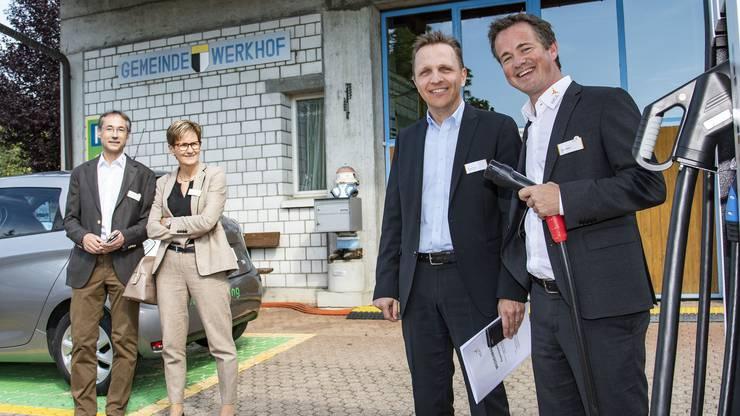 Von links: EBL CEO Tobias Andrist und Vizegemeindepräsident Marcel König neben der weltneuheit Zapfsäule, die auch starke Tesla Batterien aufladen kann. Hinten RR Sabine Pegoraro und Marcel Corpataux Leiter E-Mobility EBL.