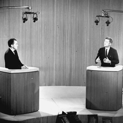 In der allerersten TV-Debatte standen sich Richard Nixon (l) und John F. Kennedy gegenüber.