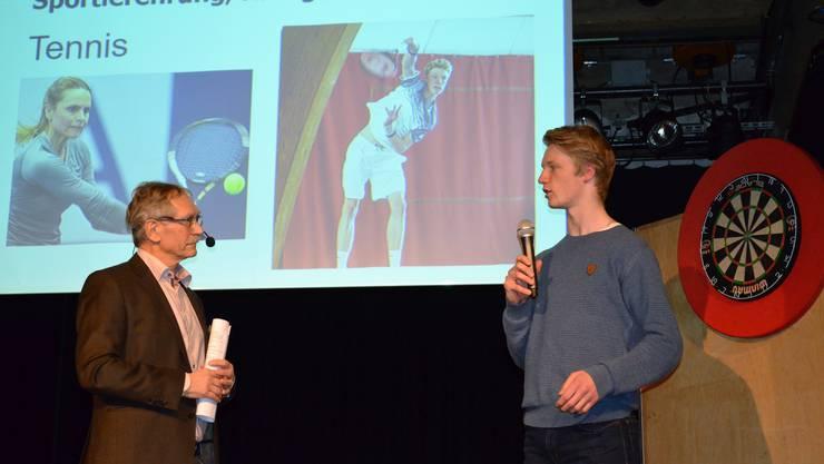 Die besten Sportlerinnen und Sportler wurden im Salzhaus Brugg in einer abwechslungsreichen Feier gewürdigt und ausgezeichnet;Tennisspieler Jonas Schär wird von Willi Däpp befragt.
