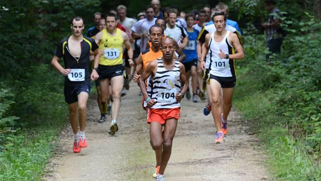 Mohammednur Hamd (vorne) Sieger Oqubit Berhane (2.v.v) laufen schon beim Start vorne weg.