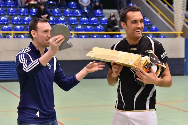 Oltens Captain Gianfranco Vinci nimmt die Preise für den Turniersieg entgegen.