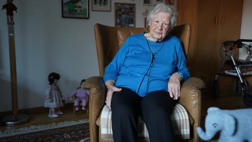 «Ich habe mal ein Handy gekauft mit grossen Zahlen. Aber immer, wenn ich es gebraucht hätte, war es abgelaufen und ich hätte es wieder aufladen müssen. Das ist mir verleidet und es liegt jetzt noch in der Schublade da» - Silvia N., 89 Jahre