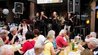 Konzert im Rahmen von «Em Bebbi sy Jazz» vor dem Hotel Basel – auf den Tischen stehen Einweg-Becher, und dass wird wohl auch so bleiben. (Archiv)