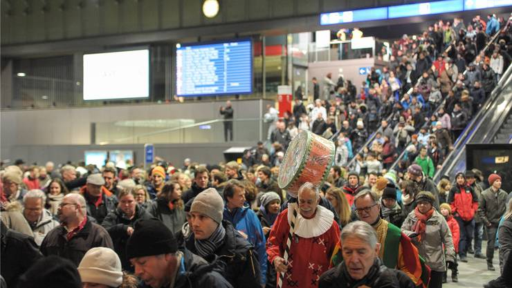 Acht Extrazüge brachten gegen 5000 Menschen aus der ganzen Schweiz an den Morgestraich.
