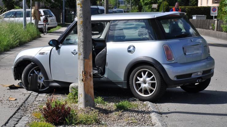 Das Auto landete neben der Fahrbahn.