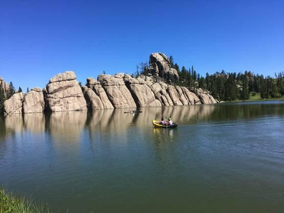 Bizarre Felsformationen umrahmen den Sylvan Lake, ein beliebter Treffpunkt für Wassersportler und Kletterfans. Bild: dwe