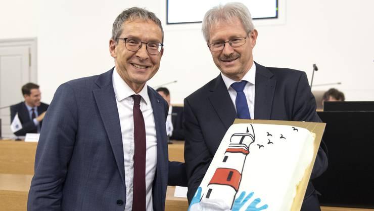 AGV-Präsident Kurt Schmid (rechts) überreicht Landammann Urs Hofmann ein süsses Dankeschön für seine Rede.