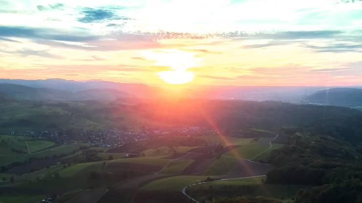 Abendstimmung im Herbst auf dem Sonnenbergturm auf dem Sonnenberg zwischen Möhlin, Zeiningen und Magden. Blick in Richtung Westen, ins Baselbiet über Magden.