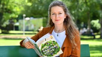 Fotografin Anna-Lena Holm mit dem von ihr bebilderten Kochbuch «Wildkräuterküche».