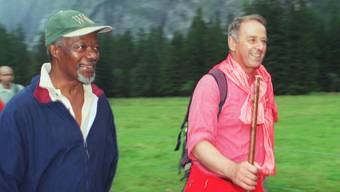 Eine besondere Freundschaft verband alt Bundesrat Adolf Ogi mit Kofi Annan. Im August 2000 wanderte Ogi mit dem Uno-Generalsekretär im Gasterntal bei Kandersteg. (Archiv)
