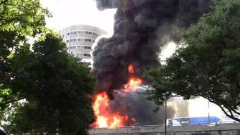 Nach der Kollision wurde der Laster ein Raub der Flammen.