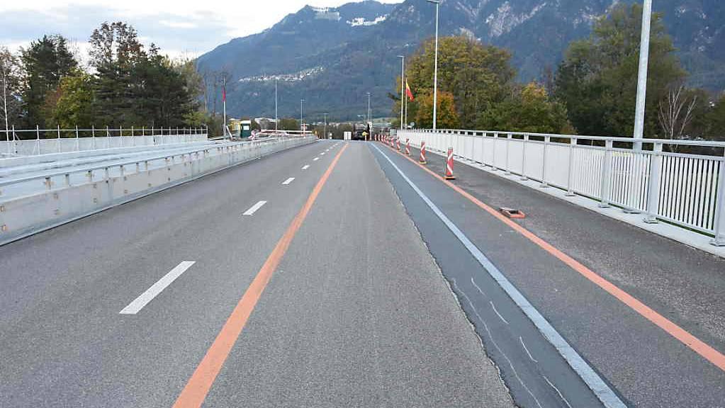 Auf der Rheinbrücke in Buchs SG geriet ein Velofahrer in die Fahrbahn eines Linienbusses, stürzte und verletzte sich leicht.
