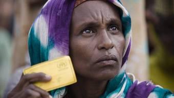 Im eigenen Land vertrieben: Eine Somalierin wartet in Mogadischu auf die Ausgabe von Essen